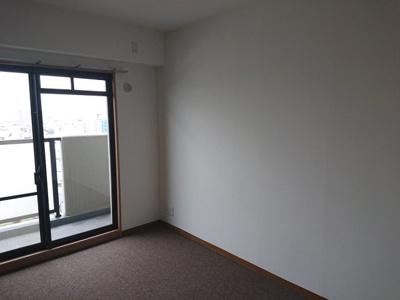 西側がバルコニーに面する約6.0帖の洋室です。約31.60㎡のL字型バルコニーはとても魅力的ですね♪