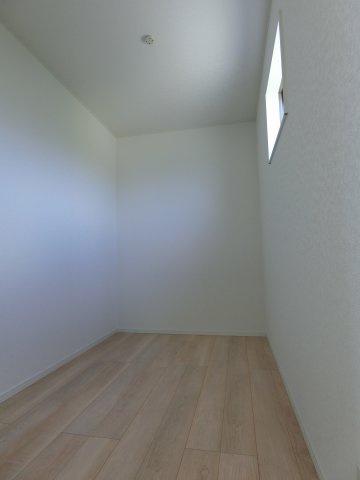 2階8.5帖の洋室から出入りできる納戸です。窓がありテレワークスペースや書斎としても利用できそうです。