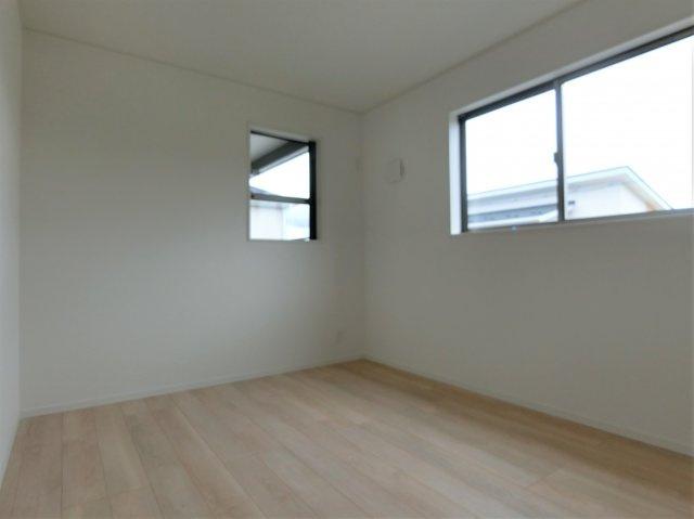 2階5.7帖の洋室です。