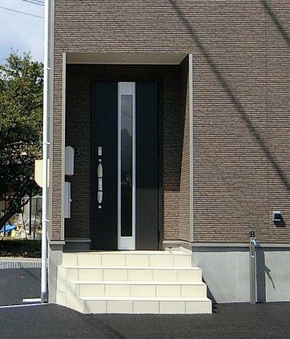 玄関アプローチです。TVモニター付きインターホン、宅配ボックス、外水栓完備。ポストも設置されます。