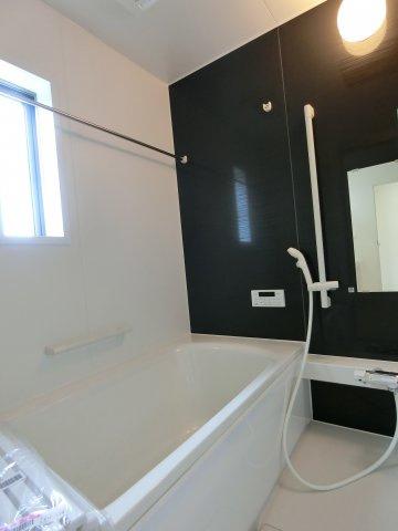1坪タイプの浴室です。足を伸ばしてゆったり入浴できます。浴室乾燥機付き。