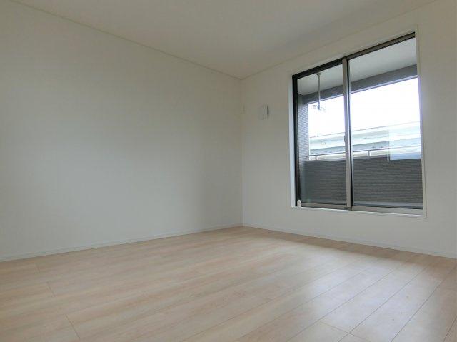 2階8.5帖の洋室です。2方向に窓がある明るく風通しの良いお部屋です。