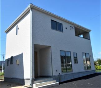 3号棟。ホワイト系の外壁サイディングでまとめたシンプルで飽きのこない外観です。