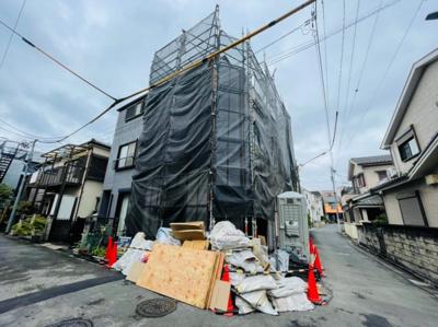 【前面道路含む現地写真】足立区大谷田2丁目新築戸建て