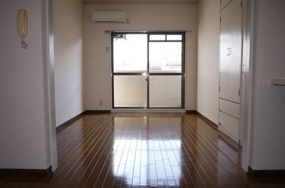 床はクションフロアー・明るい色です。