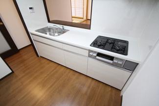 シンプルな白色のキッチン