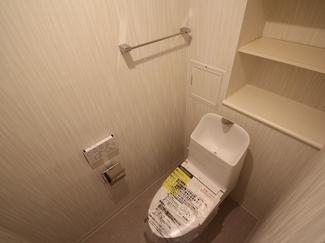 トイレ内にも棚があり収納に困りませんね