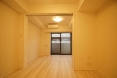 「清潔感あふれるフローリングの居室です」
