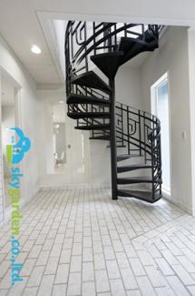 螺旋階段が目をひく、広い玄関ホール