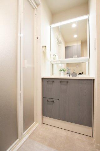 三面鏡採用の収納力も兼ね備えた洗面化粧台も新規交換です