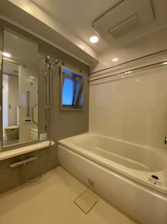 角部屋かつ高台為、浴室に換気用窓がついております。