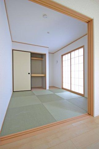 畳は次世代畳として注目されるダイヤロン畳。退色しにくい上、ダニやカビの発生も抑えます