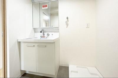 清潔感溢れるスタイリッシュなデザインの洗面化粧台!