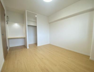 収納も大きいし明るさもあってこんなお部屋ってなかなかないよね!