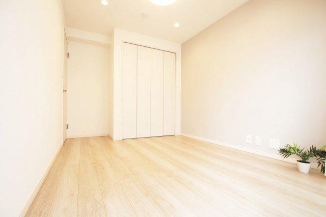 バルコニーに面した洋室約5.4帖 各居室収納がございます