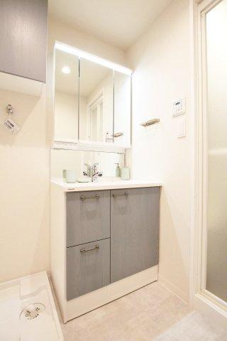 三面鏡を採用した洗面化粧台は収納力も兼ね備えています
