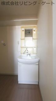 嬉しい独立洗面台。棚もあるので歯磨きやドレイヤーなど置けますね。