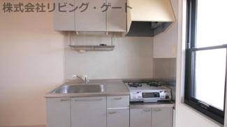 ガスコンロ付きキッチン。あると便利な吊戸棚。