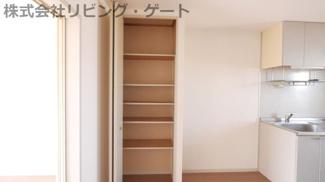 リビングにも収納あります。棚付きなので整理整頓がしやすいです。