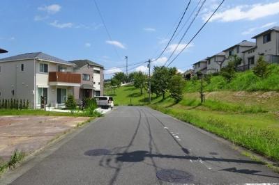南西側 公道6m 緑豊かな閑静な住宅街です。