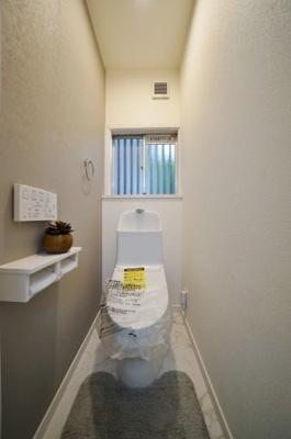 トイレには窓もあり、明るく換気しやすいのもうれしいですね。