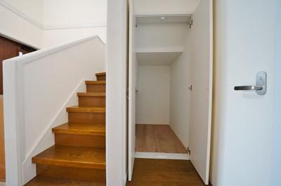 便利な階段下収納付き。日用品のストックにも便利です。