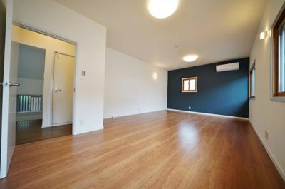 2階洋室は約12帖とゆとりのある広さです。