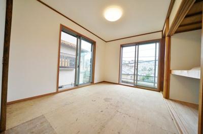 約6帖の和室です。2面採光で明るく風通し良好。