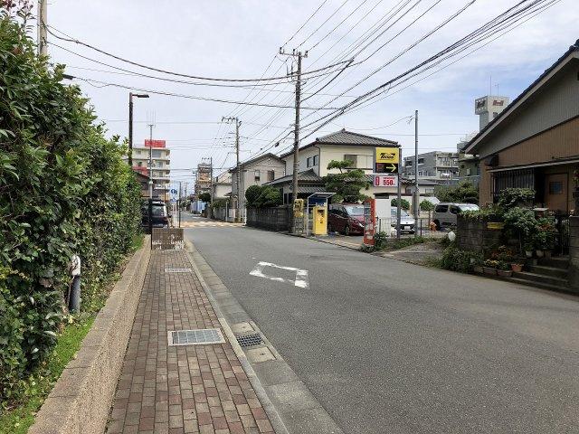 マンションの前の道路