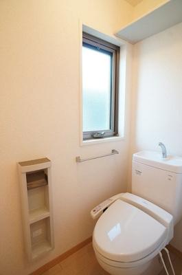 トイレは窓もあるので清潔感がUP♪温水洗浄便座♪