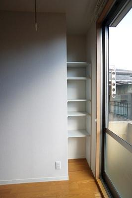 リビングの収納棚♪棚の位置も移動できます♪