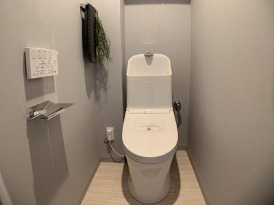 クローゼットと物入れシャワートイレ一体型便器は、シャワートイレと便器が一体になっているタイプのトイレです。便座と便器に一体感のあるデザインで、凹凸が少なく掃除がしやすいというメリットがあります。