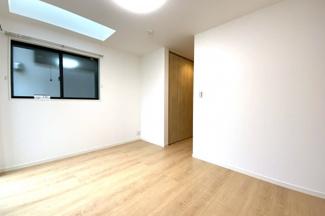 《洋室約7.5帖》一番広いお部屋には大容量のクローゼットが2ヶ所、トップライト、書斎がありご夫婦の寝室にぴったり。