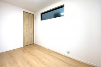 《洋室約5.2帖》どのお部屋にも収納が完備されており、片づけられてお部屋が広く使えます。