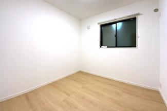 《洋室約4.5帖》納戸表記となっていますがクローゼットや窓もありお部屋としてお使い頂けます。