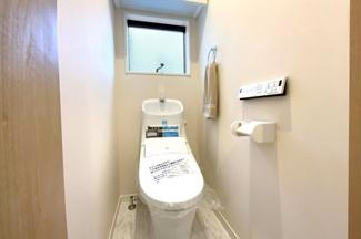 トイレはそれぞれの階にあり、大変助かります。忙しい朝の支度でもトイレの順番待ちの心配はいりません。