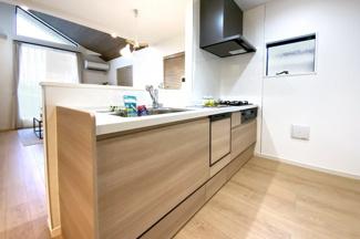 キッチンは対面式で使い勝手が良く、リビングでくつろぐご家族を見守りながら食事の支度が楽しめます。