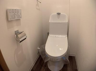 シャワートイレ一体型便器は、シャワートイレと便器が一体になっているタイプのトイレです。便座と便器に一体感のあるデザインで、凹凸が少なく掃除がしやすいというメリットがあります。