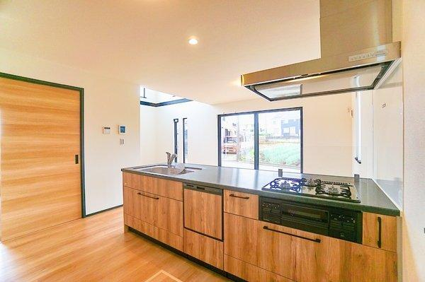 お天気のいい日は電気をつけなくても明るいキッチン。 収納が多く・充実した設備で助かります。