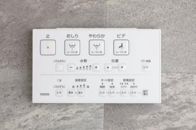 ウォッシュレット付 便座に座ったまま楽な姿勢で操作ができる、壁付タイプのリモコンをセット。