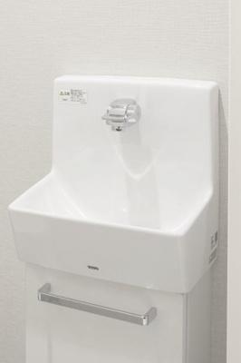 独立手洗器 シンプルなデザインと陶器の質感が魅力。機能性とデザイン性を兼ね備えています。