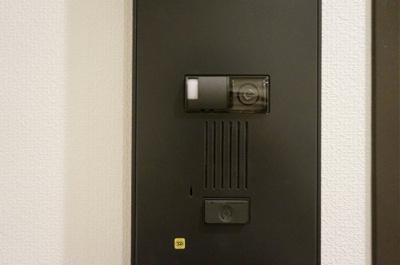 住戸前カメラ付インターホン 各住戸の玄関前にもカメラ付インターホンを採用。再度、来訪者を確認でき、安心してご自宅へ迎え入れることができます。