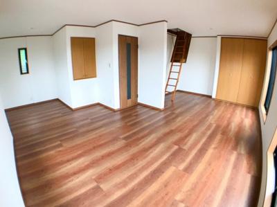 2階約16.2帖の洋室です♪ かなり広い設計になっておりますので日当たり、風通し等良好ですよ♪ 写真奥に見えます階段は天井収納の階段になっております♪