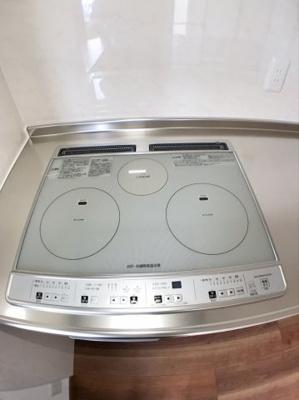 IHクッキングヒーター付きシステムキッチンになっております♪ 夏場のお料理などでもガスに比べると暑くなりませんね♪