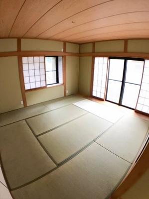 1階約10帖の和室になっております♪ 2面採光の為明るいですよ♪ 南側窓からは庭にも出れますよ♪