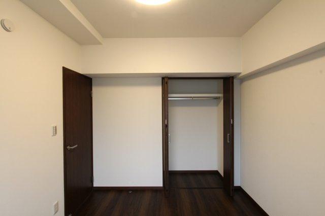 全室がお掃除も楽々なフローリングの洋室なので、散らかりがちな子供部屋にも重宝しますよ。上部棚・一段ポールのクローゼット収納が各室に設けられておりますので、プライベート空間はすっきり片付き広く使えます
