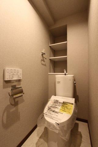 冷たい便座に座らずに済み、紙代の節約にもなる「温水洗浄便座」を採用◎壁面収納付きなので、ストック品や掃除用品もスッキリ片付きます。収納グッズを上手く活用して快適な収納ライフをエンジョイして下さいね。