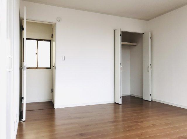 2階10帖 パイプハンガーや収納棚があり、シーズンを気にせず収納できるので使い勝手がいいです。