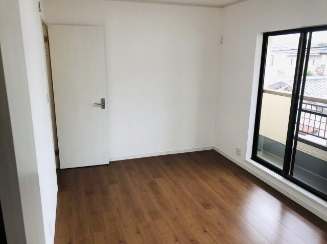 2階6.5帖 バルコニーがあるお部屋です。大きな窓から明るい光が差し込みます。