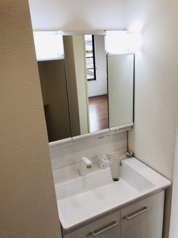 2階に洗面化粧台があります。三面鏡の収納で歯ブラシ、化粧品、小物等すっきり収納できます。